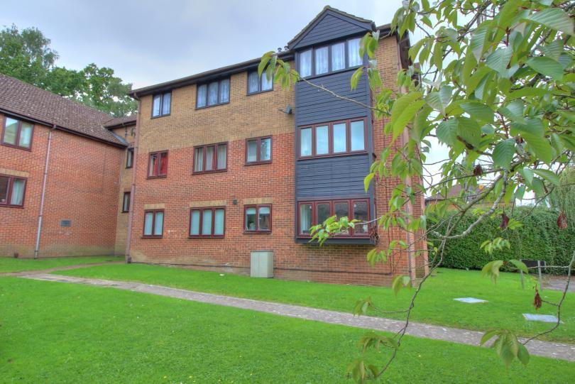 2 Bedrooms Flat for sale in Holly Lodge, Nursery Gardens, Chandlers Ford