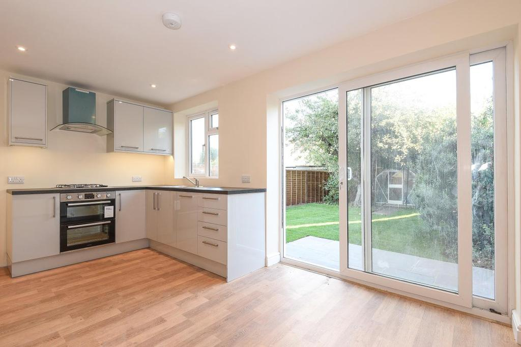 3 Bedrooms Semi Detached House for sale in Cobham Avenue, New Malden