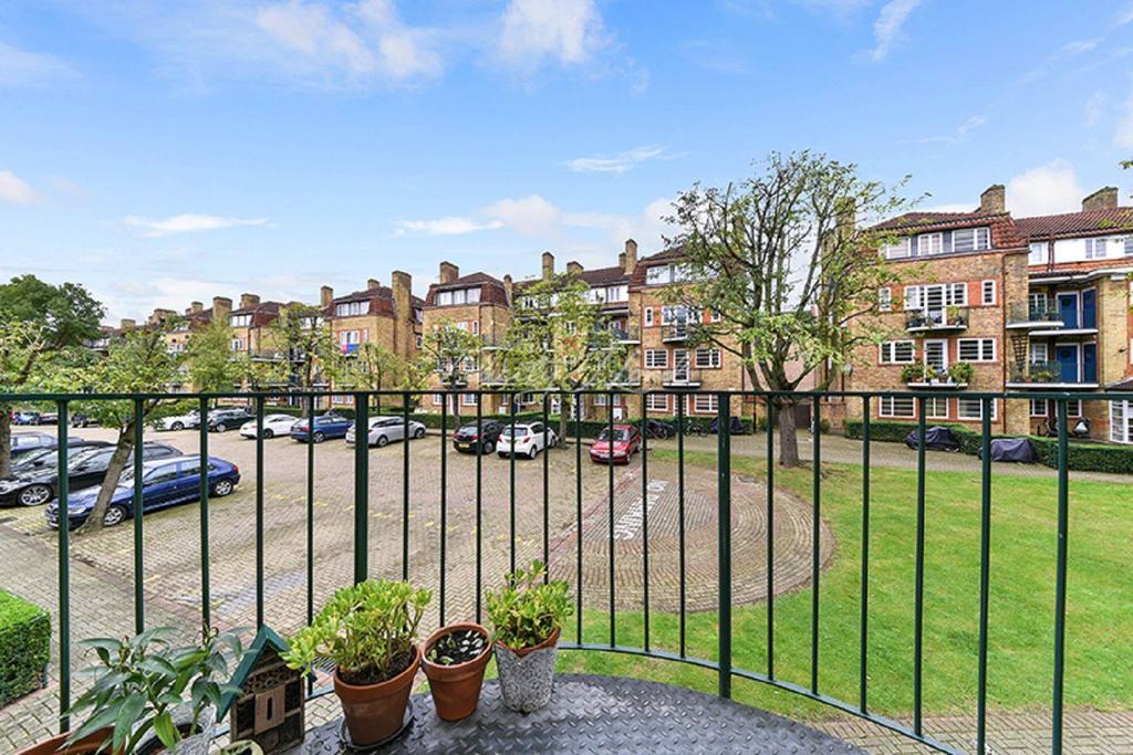 2 Bedrooms Flat for sale in Acorn Walk, Surrey Quays SE16