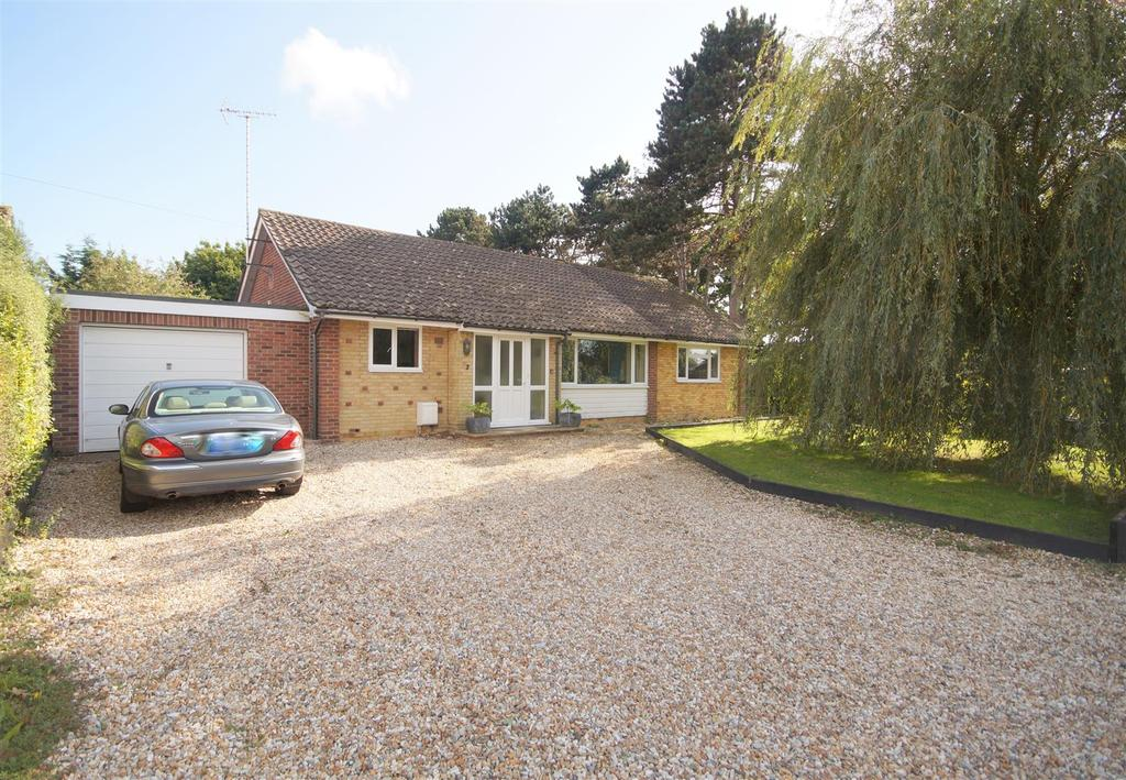 4 Bedrooms Detached Bungalow for sale in Pembroke Way, West Meads