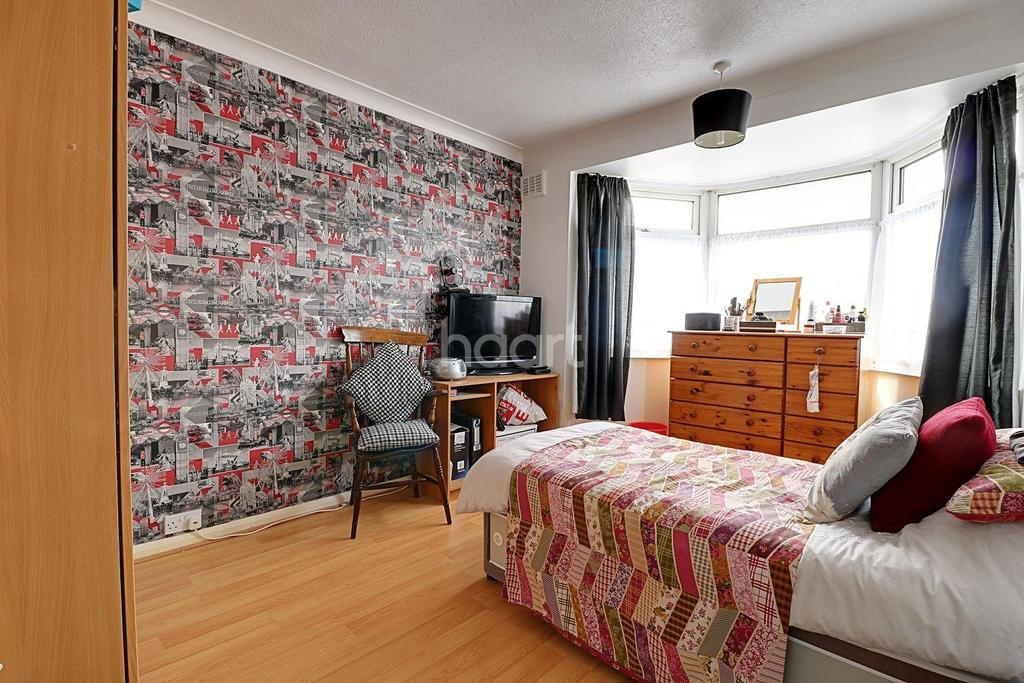 3 Bedrooms Terraced House for sale in Eastbrook Drive, Rush Green, Romford