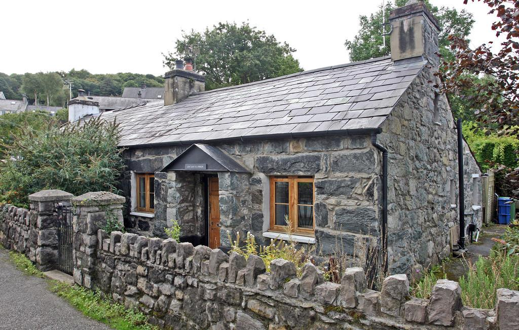 2 Bedrooms Cottage House for sale in Tan Yr Onnen, Tregarth, North Wales