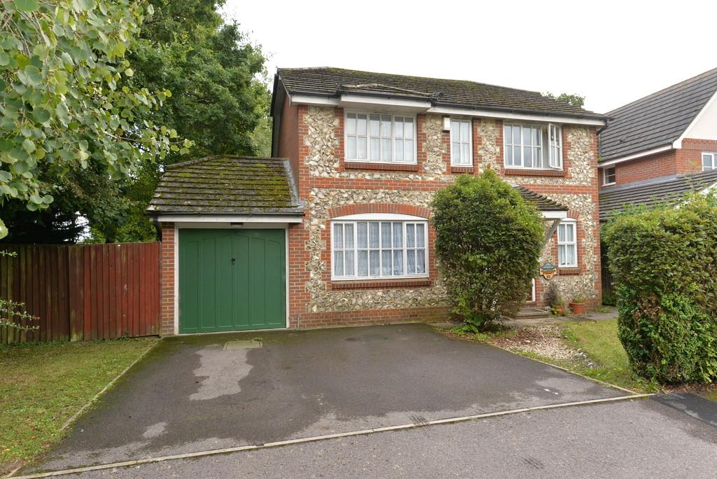 4 Bedrooms Detached House for sale in Fawn Gardens, New Milton