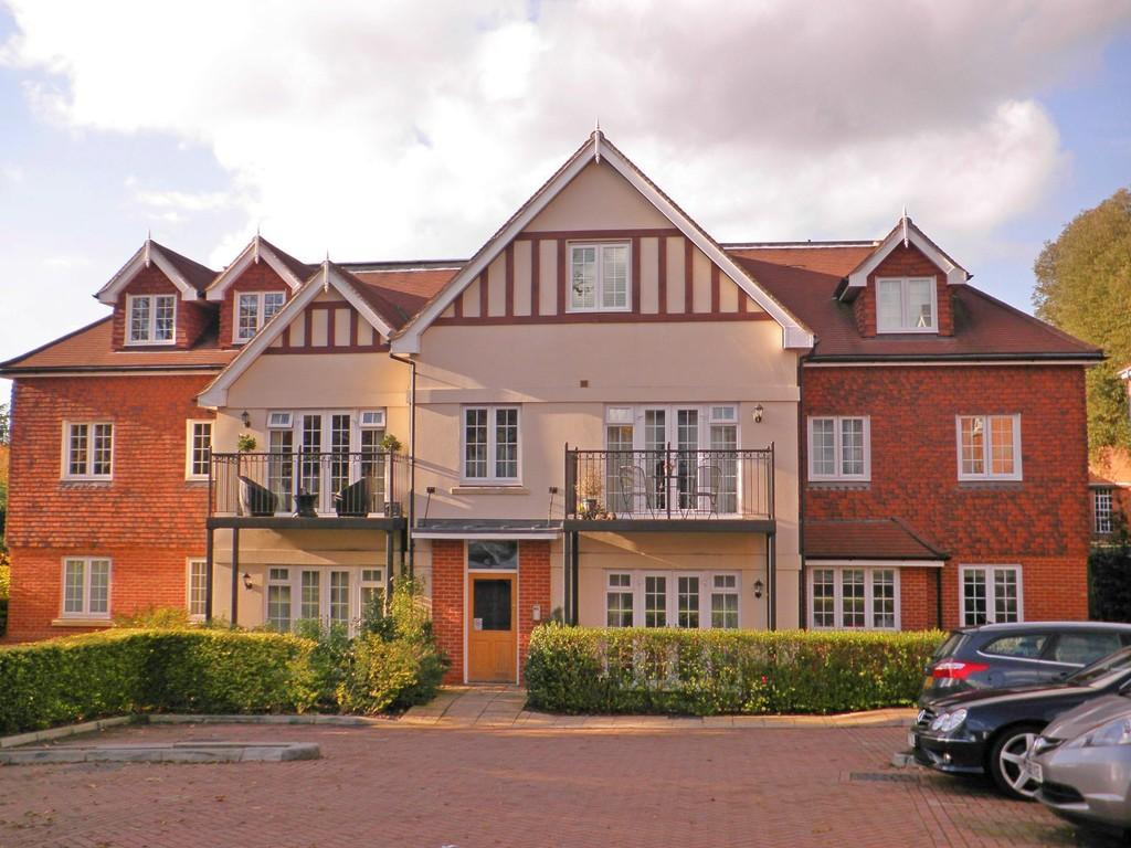 2 Bedrooms Apartment Flat for sale in Croydon Road, Reigate