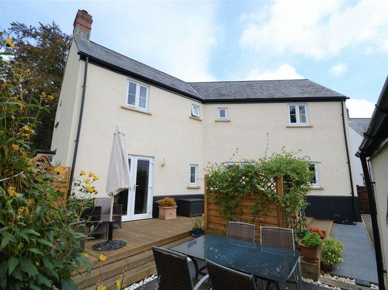 4 Bedrooms Detached House for sale in Maes Y Llarwydd, Abergavenny