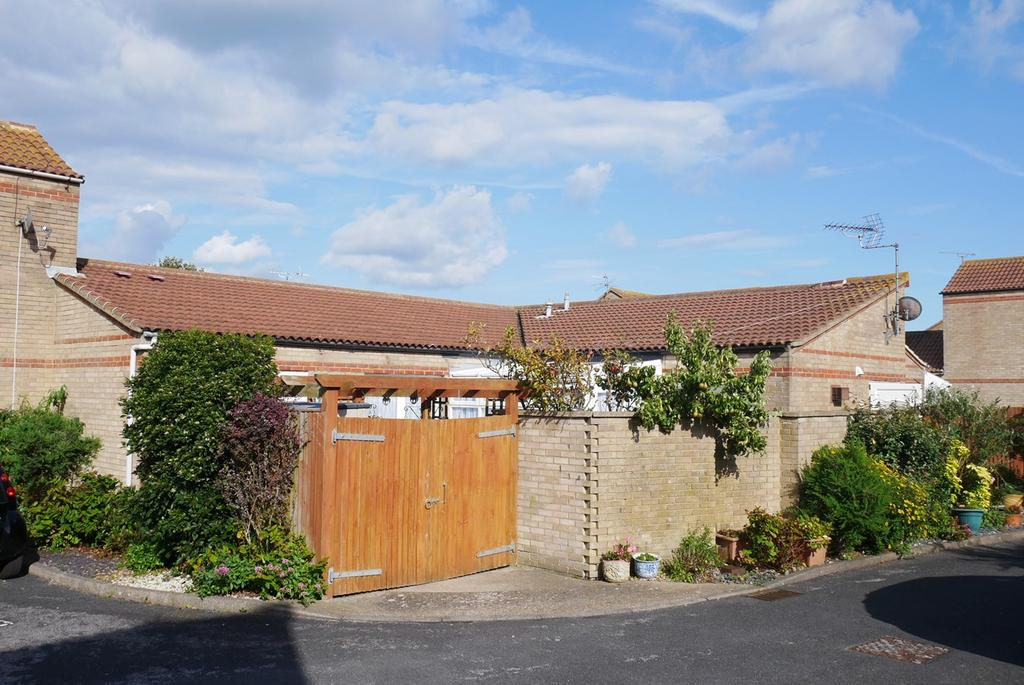 2 Bedrooms Semi Detached Bungalow for sale in Wade Close, Eastbourne, BN23