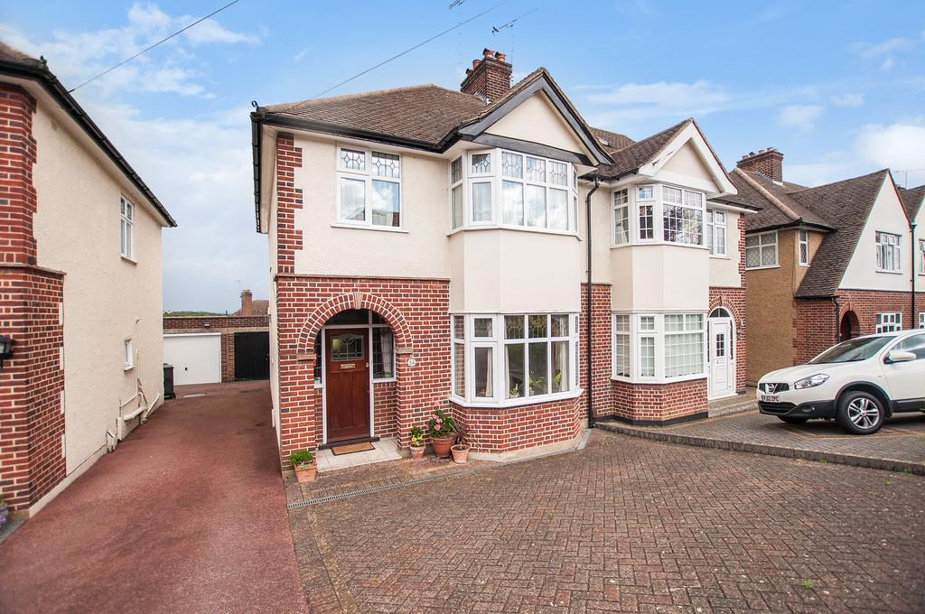 3 Bedrooms Semi Detached House for sale in Hilltop, Loughton