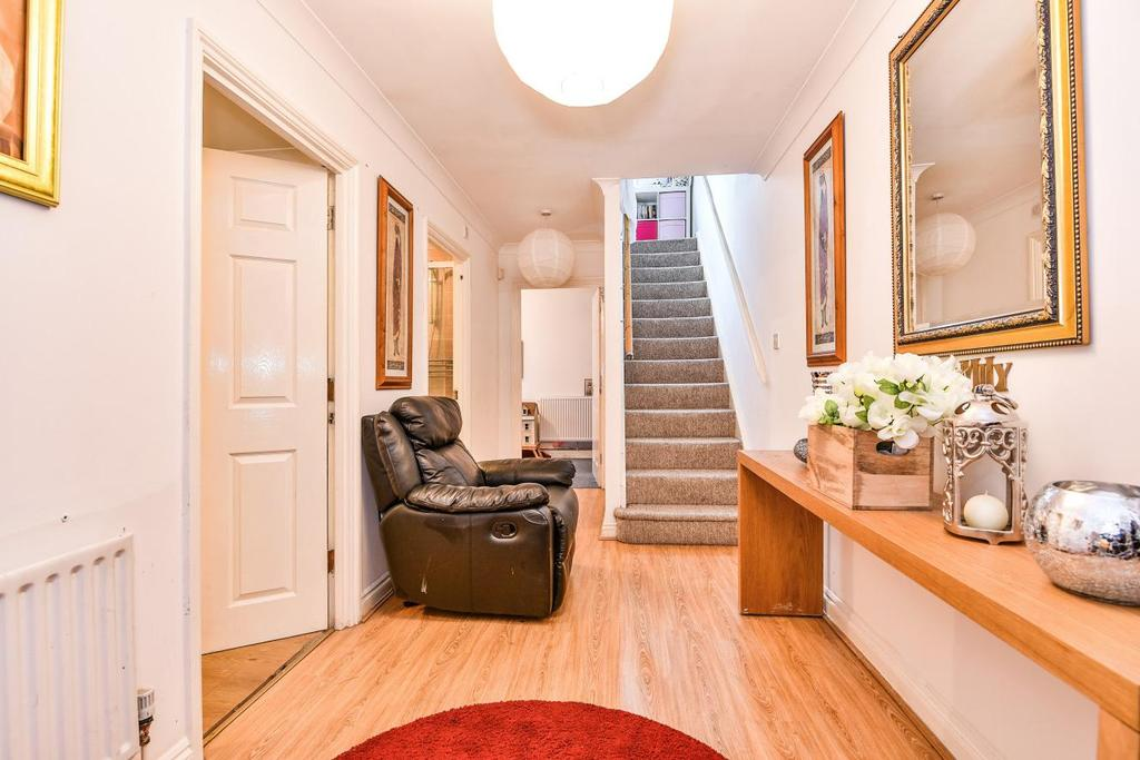 4 Bedrooms Semi Detached House for sale in Buckley Close, Wood Vale, Forest Hill
