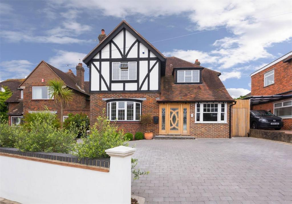 4 Bedrooms Detached House for sale in Woodruff Avenue, Hove BN3