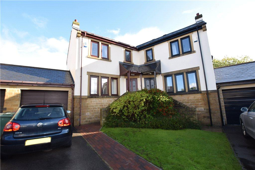 3 Bedrooms Semi Detached House for sale in Holme Farm Court, Leeds, West Yorkshire
