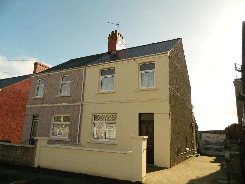 3 Bedrooms Semi Detached House for sale in Eastleigh Drive, Milford Haven, Pembrokeshire. SA73 2LX