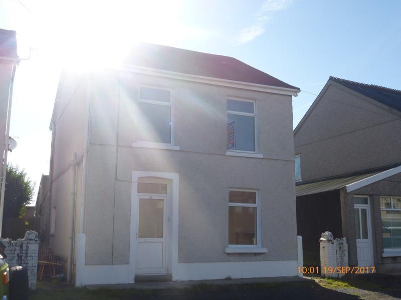 3 Bedrooms Detached House for sale in Brynamman Road, Brynamman, Ammanford, Carmarthenshire.