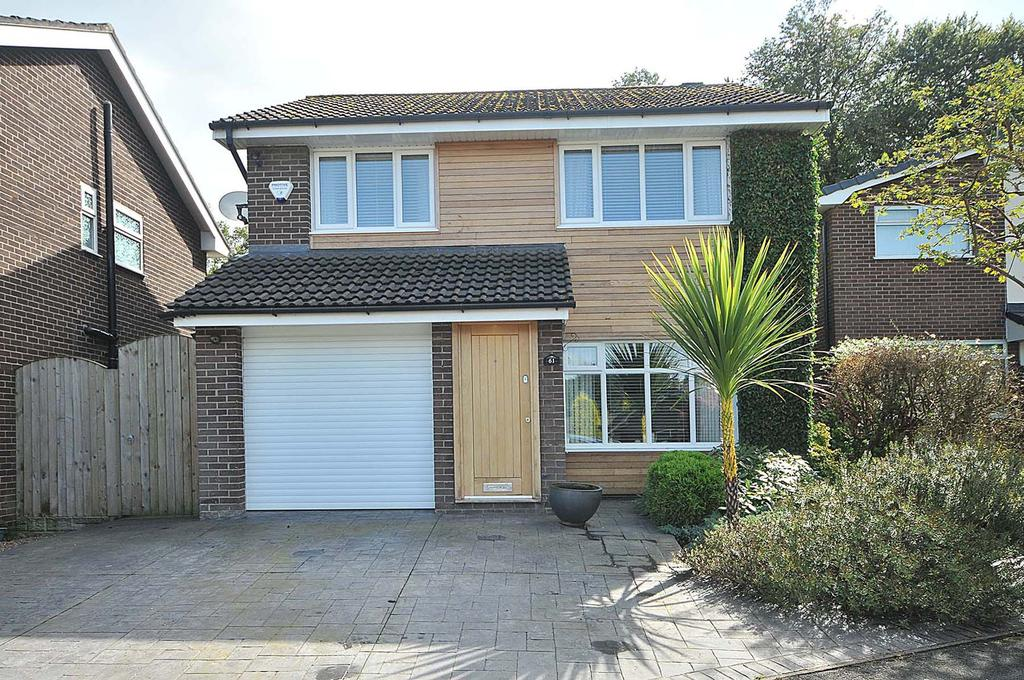 4 Bedrooms Detached House for sale in Woodlands Drive. Thelwall