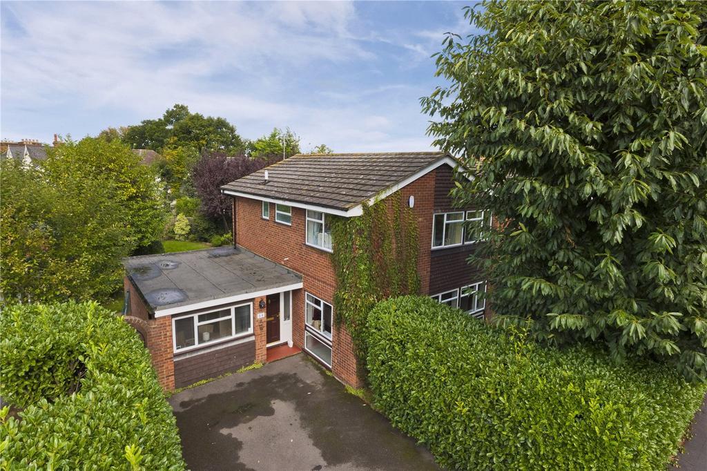 4 Bedrooms Detached House for sale in Daneswood Close, Weybridge, KT13