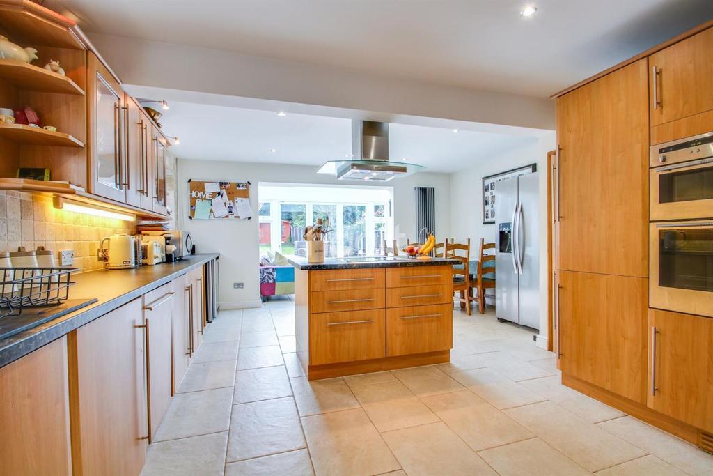 5 Bedrooms Semi Detached House for sale in Malwood Road, Benfleet