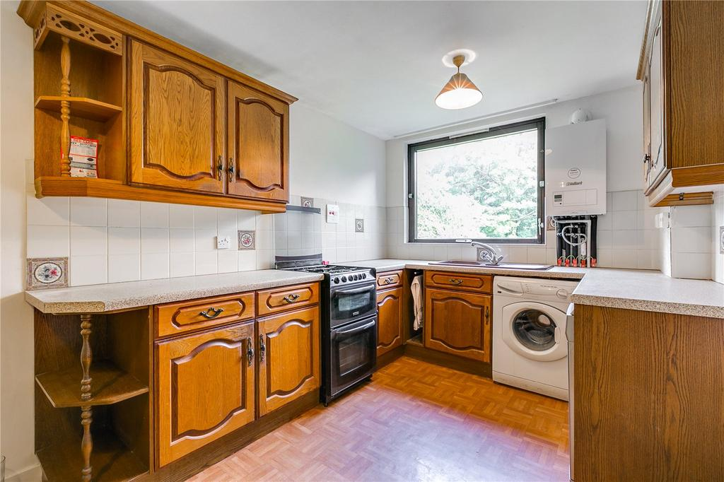 2 Bedrooms Flat for sale in Stockhurst Close, West Putney, London