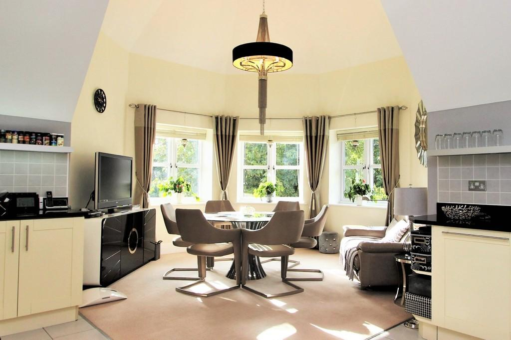 2 Bedrooms Penthouse Flat for sale in The Avenue, Tadworth
