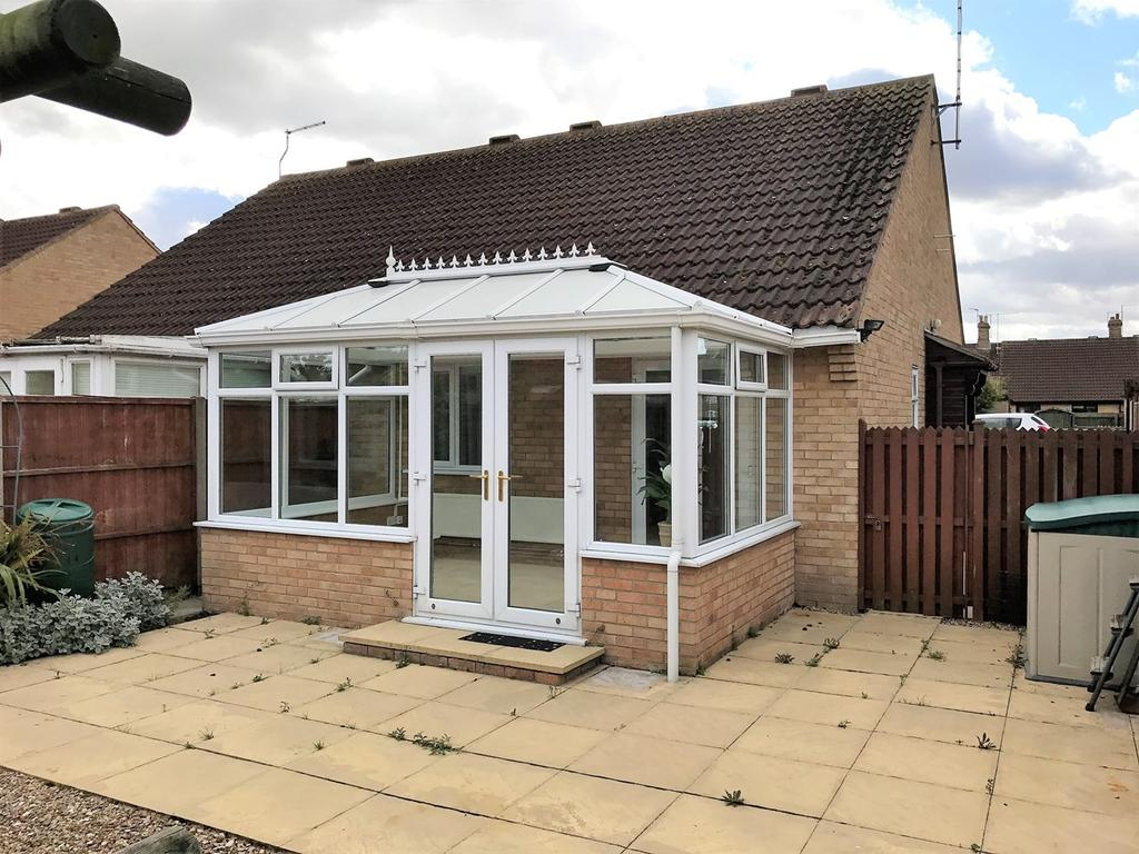 2 Bedrooms Semi Detached Bungalow for sale in Carholme Close, Bourne, PE10