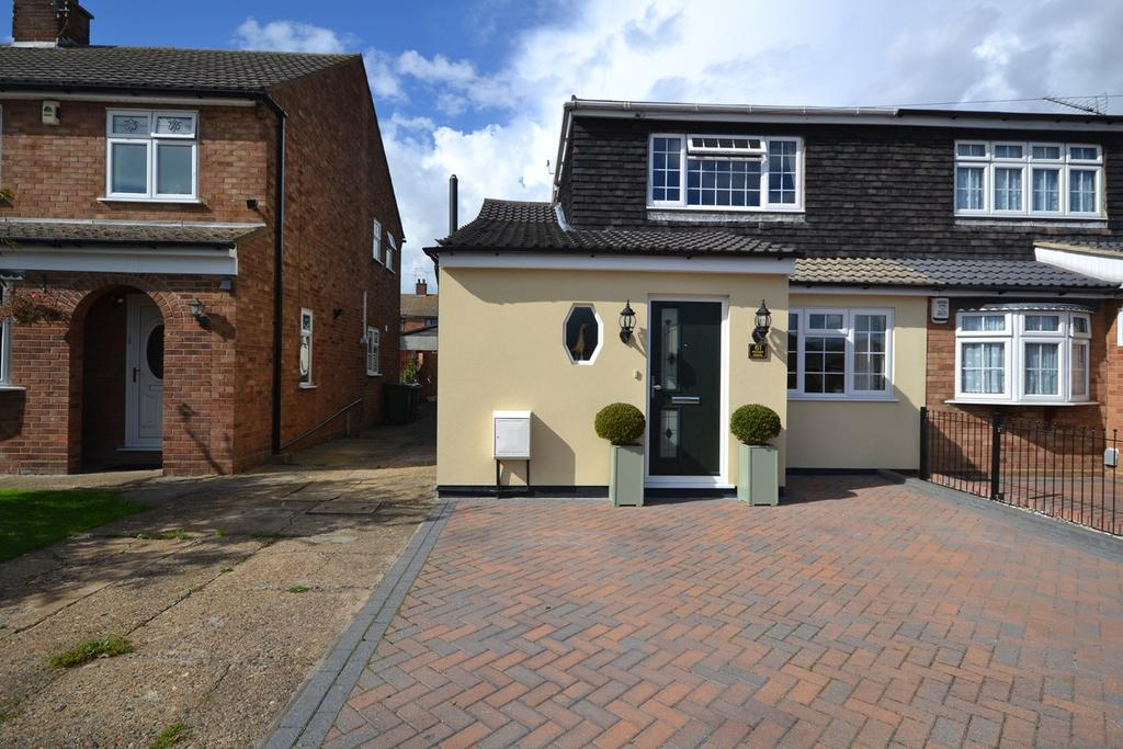 3 Bedrooms Semi Detached House for sale in Priory Road, Corringham, SS17