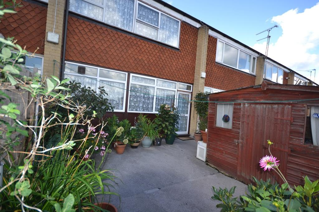 3 Bedrooms Maisonette Flat for sale in St Johns Way, Corringham, Stanford-le-Hope, SS17