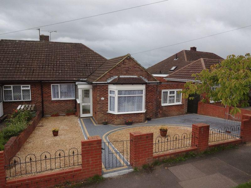 3 Bedrooms Semi Detached Bungalow for sale in Cranbrook Drive, Luton