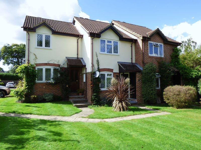 2 Bedrooms Terraced House for sale in Sherwood Close, Leatherhead