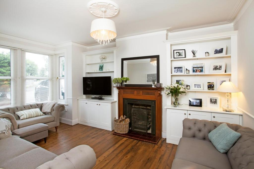 4 Bedrooms Detached House for sale in King Georges Road, Pilgrims Hatch, Brentwood, Essex, CM15