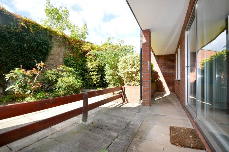 2 Bedrooms Maisonette Flat for sale in Fountain Gardens