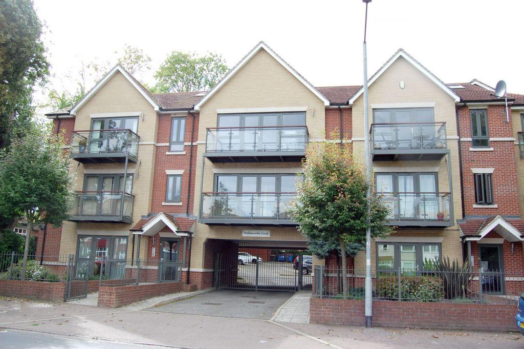 2 Bedrooms Apartment Flat for sale in Buckhurst Way, Buckhurst Hill, IG9