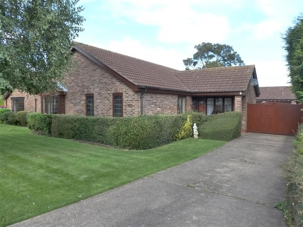 3 Bedrooms Detached Bungalow for sale in Viscount Way, Humberston, Grimsby