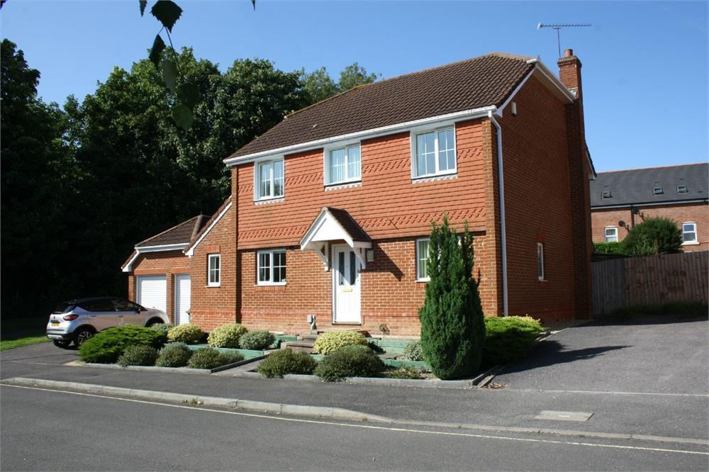 4 Bedrooms Detached House for sale in Langley Drive, Aldershot, Hampshire