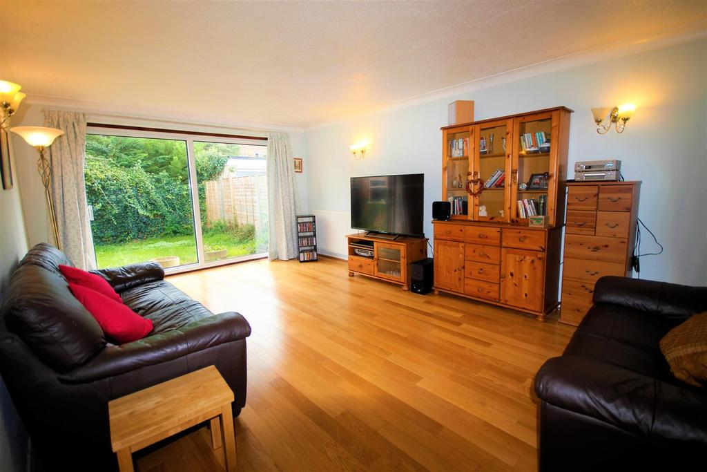 2 Bedrooms Detached Bungalow for sale in Winchcombe Road, Twyford, Reading