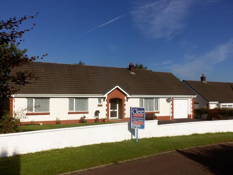 3 Bedrooms Detached Bungalow for sale in Gerddi Mair , St. Clears, Carmarthen, Carmarthenshire.