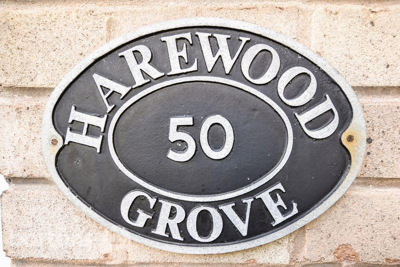 2 Bedrooms Terraced House for sale in Harewood Grove, Bramley