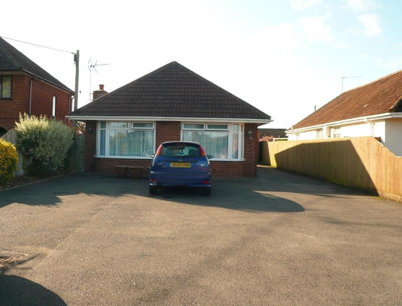 3 Bedrooms Bungalow for sale in Victoria Road, Warminster, BA12