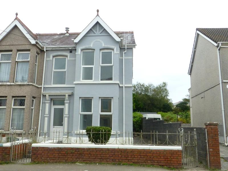 4 Bedrooms End Of Terrace House for sale in College Street, Ammanford, Carmarthenshire.