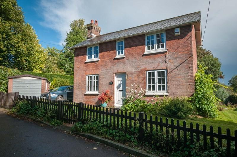 3 Bedrooms Lodge Character Property for sale in Hempstead Road, Uckfield
