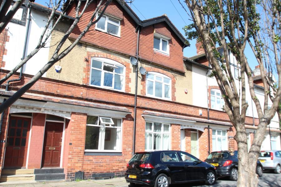 4 Bedrooms Terraced House for sale in HAWTHORN VALE, LEEDS, LS7 4PJ