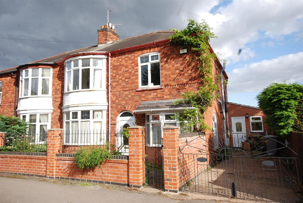 4 Bedrooms Semi Detached House for sale in Harewood Avenue, Newark