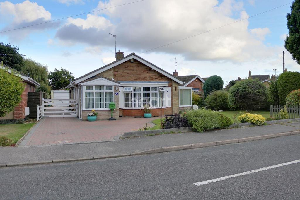 2 Bedrooms Bungalow for sale in Meadow Way, Carlton Colville
