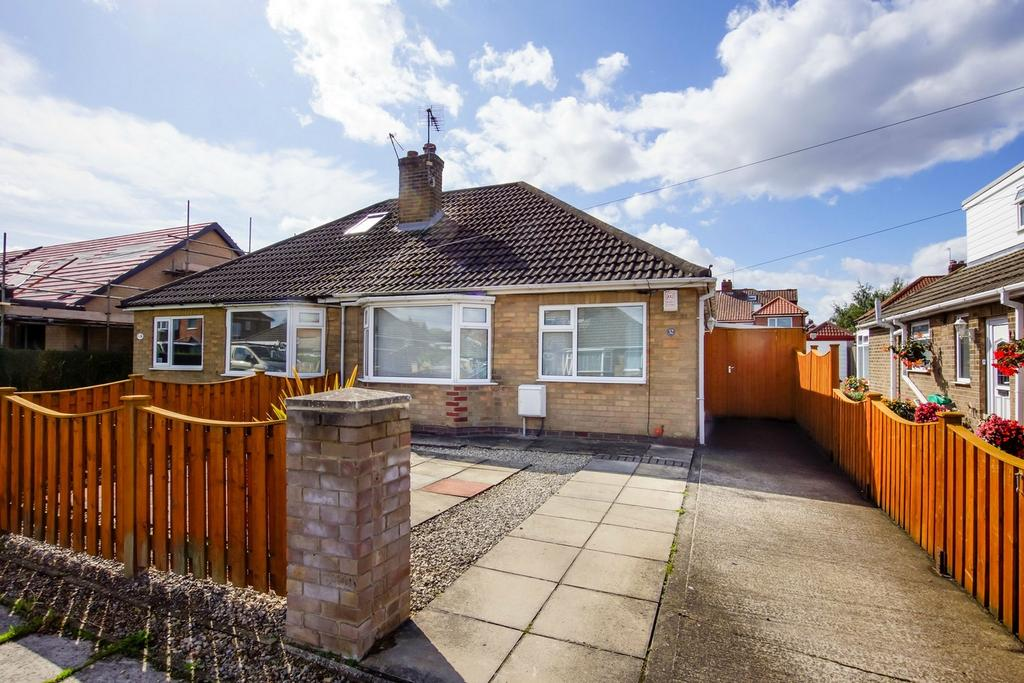 2 Bedrooms Semi Detached Bungalow for sale in Manor Park Road, Rawcliffe, York