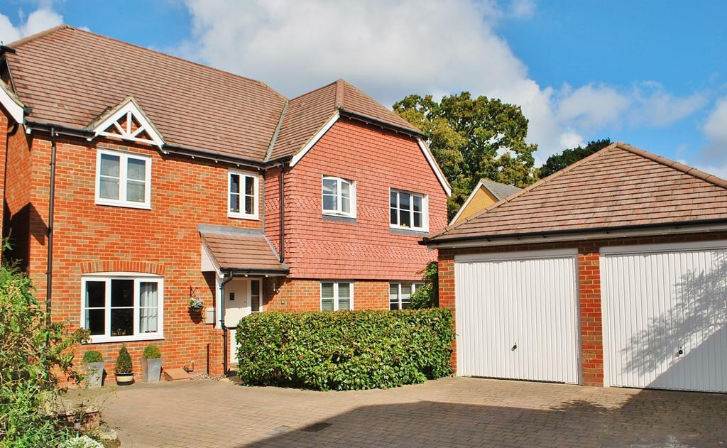 5 Bedrooms Detached House for sale in The Hornets, Horsham, RH13