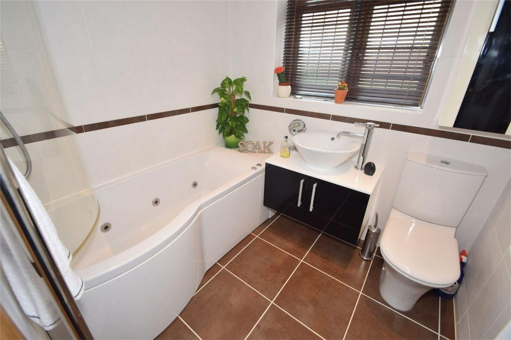 3 Bedrooms Detached House for sale in Orchard Avenue, Strood, Kent