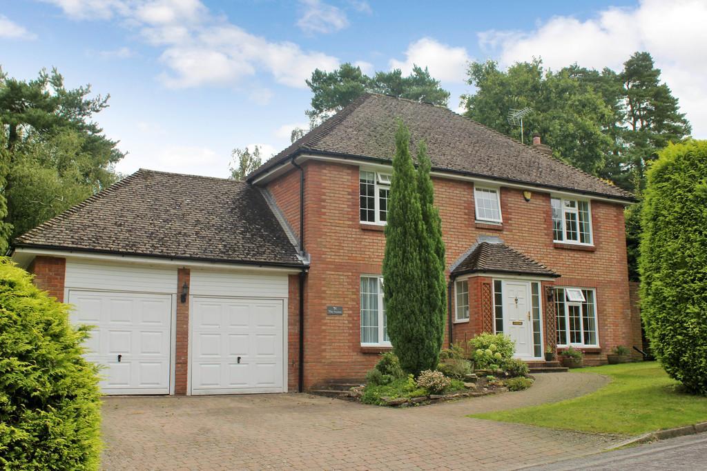 4 Bedrooms Detached House for sale in Oak Avenue, Storrington