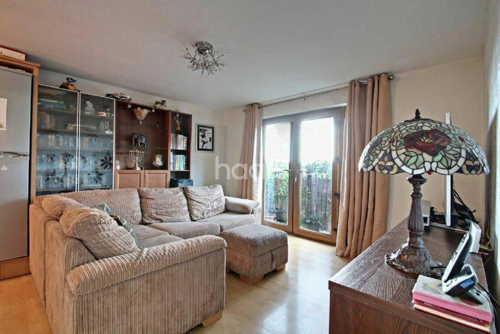 2 Bedrooms Flat for sale in Haysoms Close, Romford