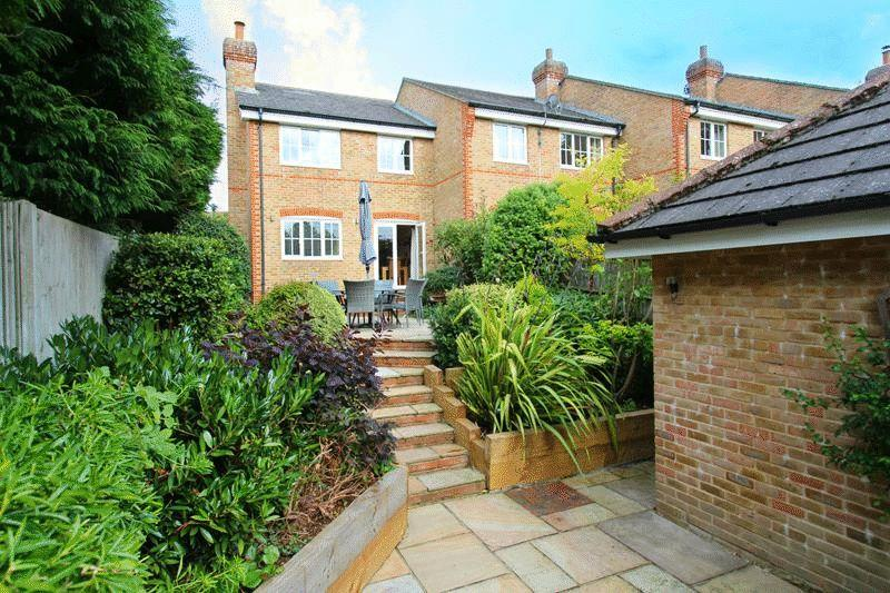3 Bedrooms End Of Terrace House for sale in Buxton Lane, Caterham