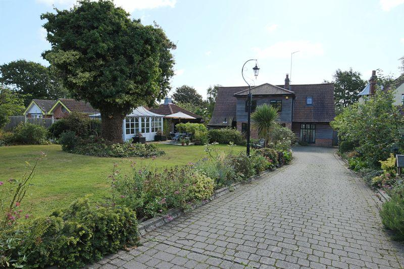 4 Bedrooms Detached House for sale in Normanston Drive, Lowestoft