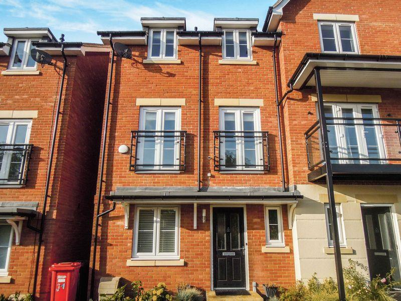5 Bedrooms Semi Detached House for sale in LANGLEY - Slough Train Station 1.0 mile