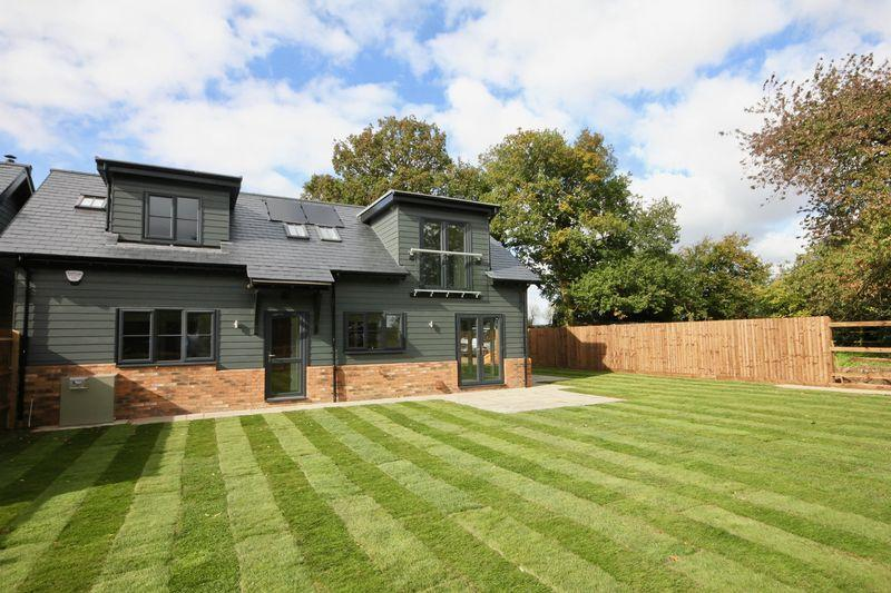 3 Bedrooms Detached House for sale in Keepers Barns, Halfmoon Lane, Pepperstock, Hetfordshire