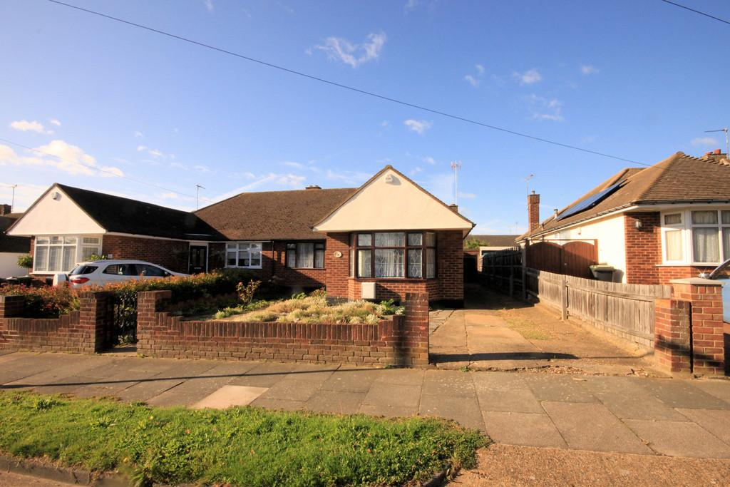 2 Bedrooms Semi Detached Bungalow for sale in Roedean Gardens, THORPE BAY